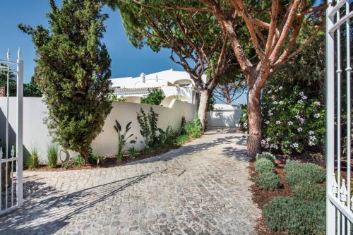 Beautiful setting of Villa Florabella near the Beach and Quinta da Lago Golf Course
