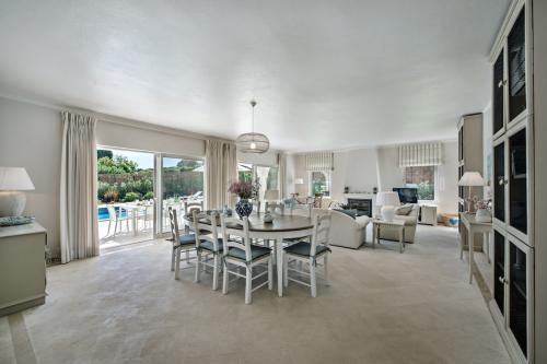 Very spacious dining and living area in our luxury private villa in Algarve