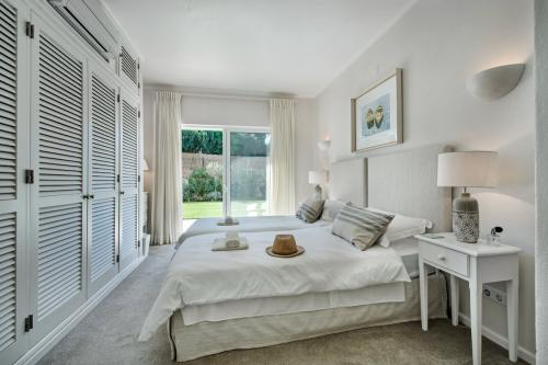 One of the two twin bedrooms at Villa Florabella in the Algarve